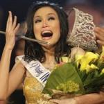 Thời trang - Hoa hậu run rẩy làm rơi vương miện