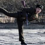 Tin tức trong ngày - Ảnh ấn tượng: Binh sĩ Triều Tiên trổ tài múa võ
