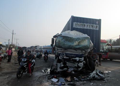 Xe khách đối đầu xe container, 7 người bị thương - 1
