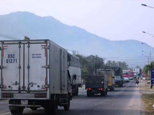 Xe khách đối đầu xe container, 7 người bị thương - 3