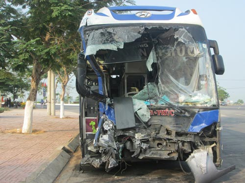 Xe khách đối đầu xe container, 7 người bị thương - 2