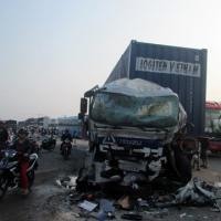 Xe khách đối đầu xe container, 7 người bị thương