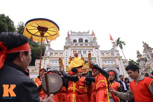 Lật kiệu chúa trong lễ hội rước vua giả ở Hà Nội - 1