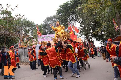Lật kiệu chúa trong lễ hội rước vua giả ở Hà Nội - 7