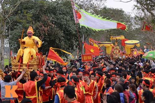 Lật kiệu chúa trong lễ hội rước vua giả ở Hà Nội - 2