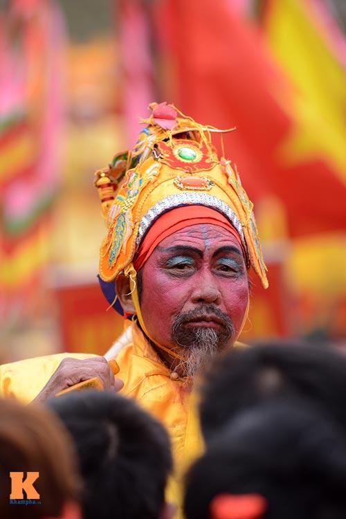 Lật kiệu chúa trong lễ hội rước vua giả ở Hà Nội - 4
