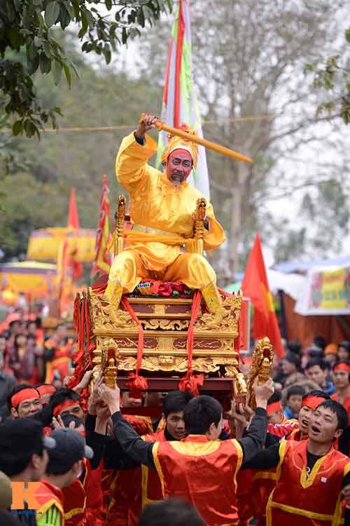 Lật kiệu chúa trong lễ hội rước vua giả ở Hà Nội - 3