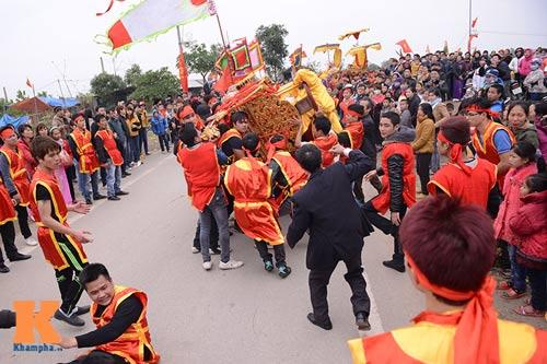 Lật kiệu chúa trong lễ hội rước vua giả ở Hà Nội - 8