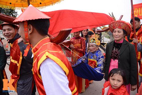 Lật kiệu chúa trong lễ hội rước vua giả ở Hà Nội - 6