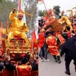 Tin tức trong ngày - Lật kiệu chúa trong lễ hội rước vua giả ở Hà Nội