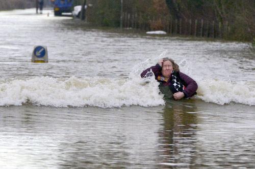 Sông Thames tràn bờ, dân Anh khốn khổ vì lũ lụt - 10