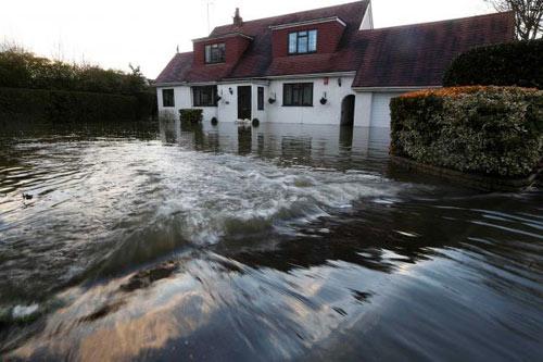 Sông Thames tràn bờ, dân Anh khốn khổ vì lũ lụt - 3