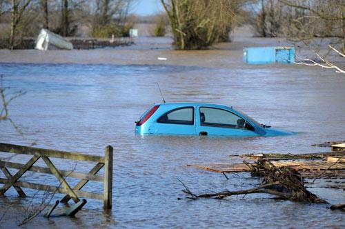 Sông Thames tràn bờ, dân Anh khốn khổ vì lũ lụt - 4