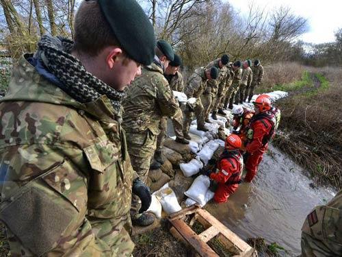 Sông Thames tràn bờ, dân Anh khốn khổ vì lũ lụt - 1