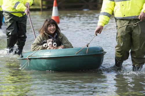 Sông Thames tràn bờ, dân Anh khốn khổ vì lũ lụt - 8