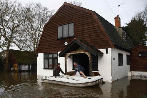 Sông Thames tràn bờ, dân Anh khốn khổ vì lũ lụt - 9
