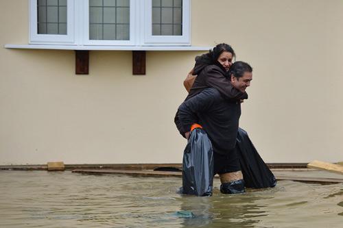 Sông Thames tràn bờ, dân Anh khốn khổ vì lũ lụt - 11