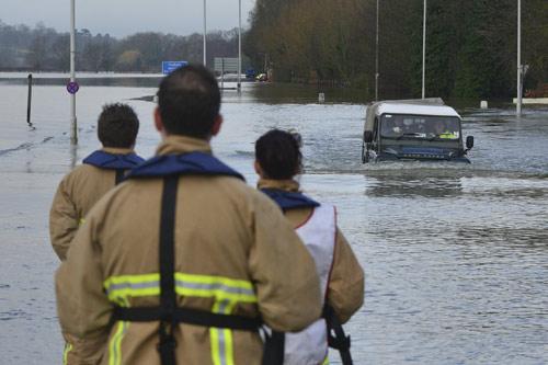 Sông Thames tràn bờ, dân Anh khốn khổ vì lũ lụt - 12