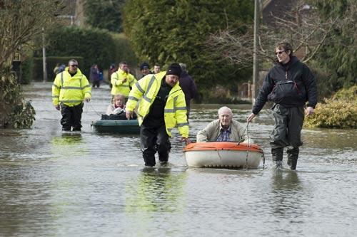 Sông Thames tràn bờ, dân Anh khốn khổ vì lũ lụt - 7