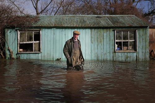 Sông Thames tràn bờ, dân Anh khốn khổ vì lũ lụt - 6