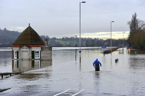 Sông Thames tràn bờ, dân Anh khốn khổ vì lũ lụt - 5