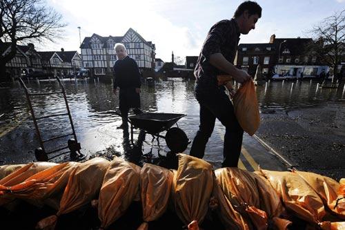 Sông Thames tràn bờ, dân Anh khốn khổ vì lũ lụt - 2