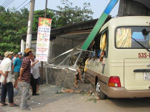 Phá cửa xe khách cứu hơn 10 người bị thương - 1