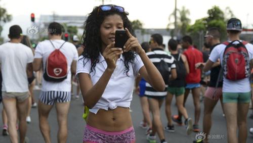 Thanh niên Colombia không mặc quần dạo phố - 4