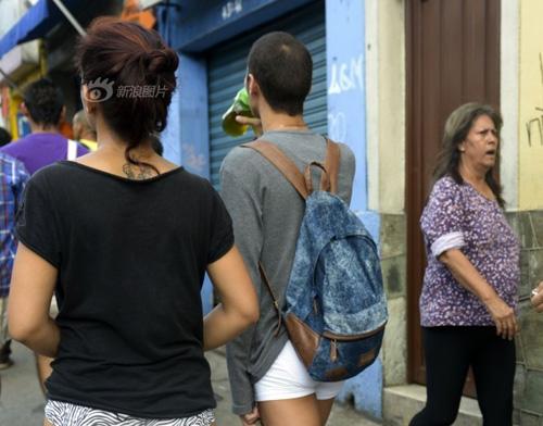 Thanh niên Colombia không mặc quần dạo phố - 5