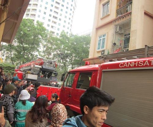 HN: Cháy chung cư, dân hoảng loạn tháo chạy - 2