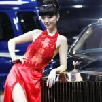 Ô tô - Xe máy - Mỹ nữ diện váy xuyên thấu bên Rolls-Royce Phantom