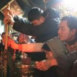 Tin tức trong ngày - Khai ấn Đền Trần: Trèo lên bàn thờ để cầu may