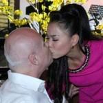 Ca nhạc - MTV - Thu Minh ngọt ngào hôn chồng khi đang diễn