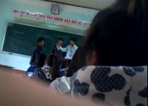 Học sinh đánh trả thầy giáo trên bục giảng - 2