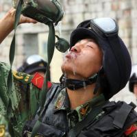 TQ: Nhiều binh lính không còn chui vừa xe tăng