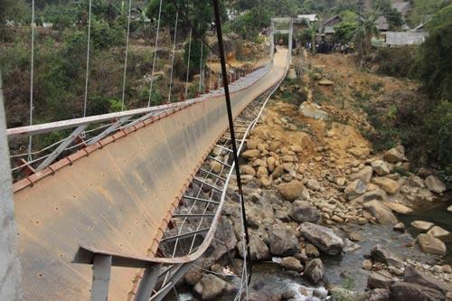 Sập cầu treo ở Lai Châu, 7 người chết - 1