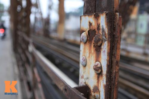 """Cận cảnh những """"vết lở loét"""" trên cầu Long Biên - 10"""