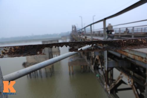 """Cận cảnh những """"vết lở loét"""" trên cầu Long Biên - 12"""