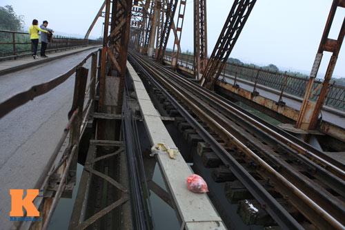 """Cận cảnh những """"vết lở loét"""" trên cầu Long Biên - 16"""