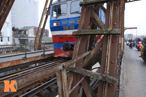 """Cận cảnh những """"vết lở loét"""" trên cầu Long Biên - 20"""