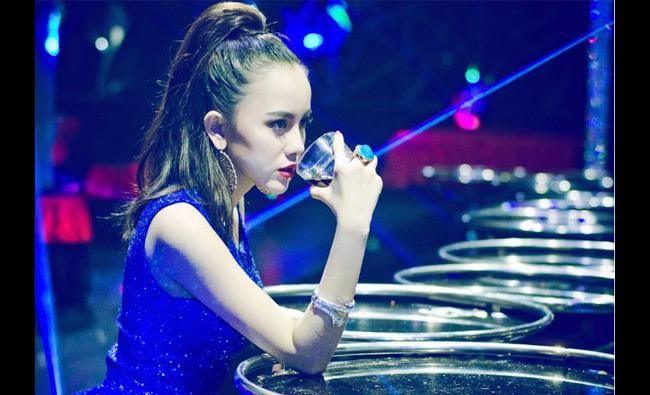 """Xinh đẹp, dáng chuẩn và  """" chơi """"  nhạc rất ổn, cô nàng Myno 22 tuổi đang được coi là nữ DJ hiếm hoi đang rất  """" hot """"  hiện nay."""