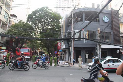 """Lửa """"viếng thăm"""" quán cà phê Starbucks ở TPHCM - 1"""