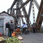 """Tin tức trong ngày - Cận cảnh những """"vết lở loét"""" trên cầu Long Biên"""