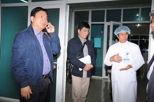 Bộ trưởng Thăng đến hiện trường vụ lật cầu - 1