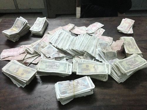 Hai nữ sinh mang 1.600 tờ tiền lẻ đi bồi thường - 1