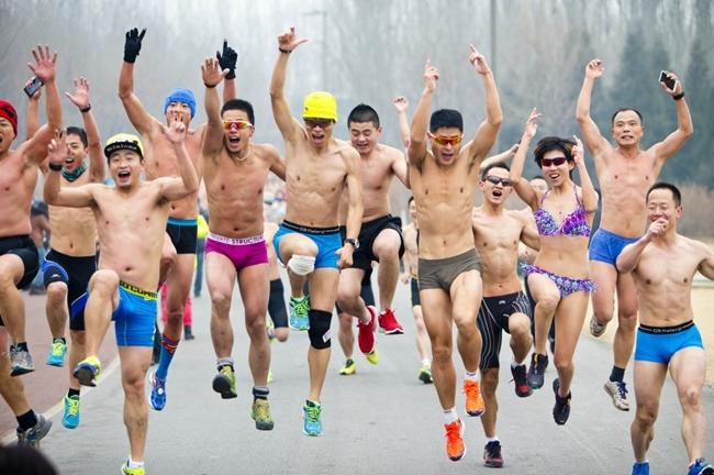 Hơn & nbsp;200 người chỉ mặc đồ lót và & nbsp;tham gia vào đường đua dài 3,5 km & nbsp;này nhằm mục đích kêu gọi lối sống lành mạnh, bảo vệ môi trường