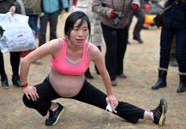 Một phụ nữ mang thai khởi động trước khi chạy. Cuộc đua này thu hút sự quan tâm của nhiều đối tượng khác nhau