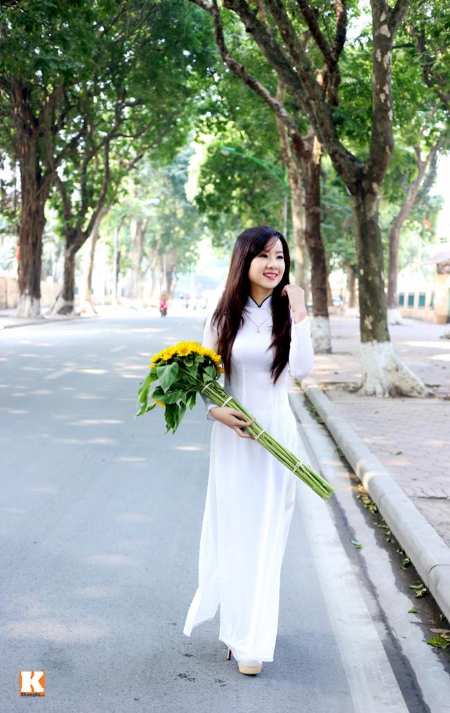 Hoa khôi Nữ sinh Việt Nam 2013 Lương Thị Thu Hà diện áo dài nền nã, khoe dáng ngọc ngà trên phố Hà Nội