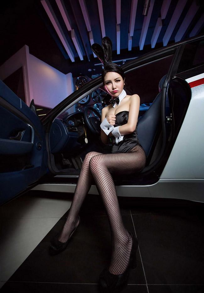 """Váy ngắn siêu gợi cảm bên xe  Thiên thần sexy bên  """" quái vật """"  Jeep Wrangler  Người đẹp khoe nội y nóng bỏng bên trong xe  Mỹ nữ diện váy xuyên thấu bên Rolls-Royce Phantom  Người đẹp  """" thả rông """"  tại triển lãm xe"""