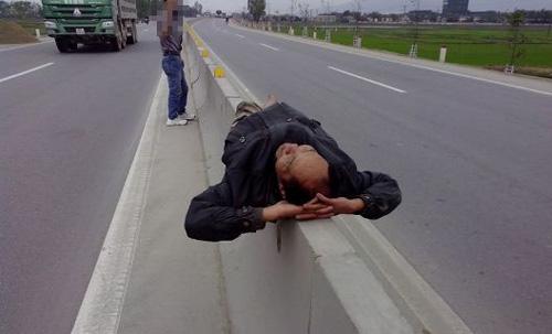 Giỡn với tử thần trên dải phân cách quốc lộ 1A - 1